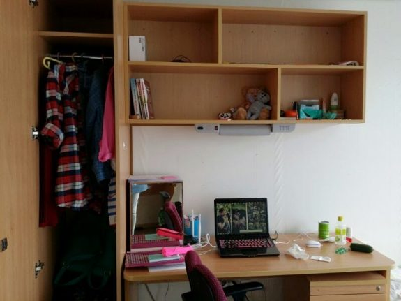 Вот так выглядит мой стол. Достаточно большой и удобный, так что можно разложитеться канцелярией=))