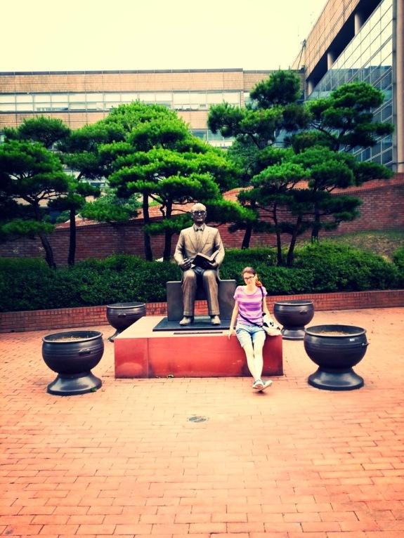 На территории кампуса вот такой памятник