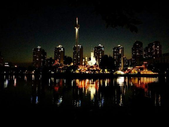 Вот такой замечательный вид ночью на парк
